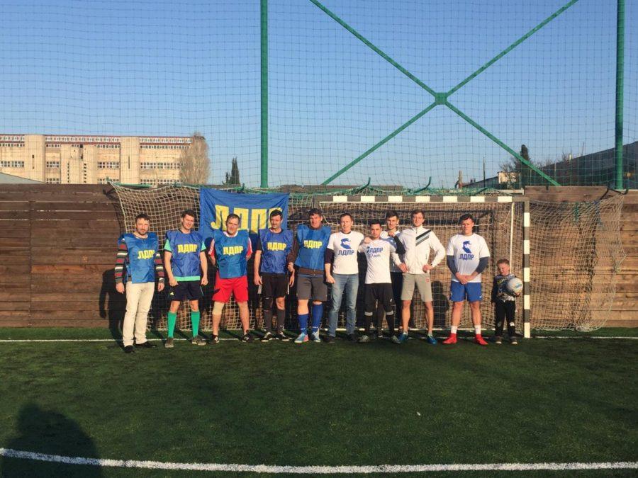 В Севастополе состоялся футбольный матч между молодежкой ЛДПР и ветеранами спорта