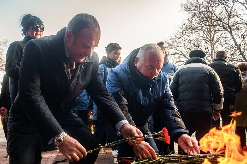 Депутаты от ЛДПР возложили цветы к стеле «Ленинград» по случаю Дня полного освобождения города от фашистской блокады