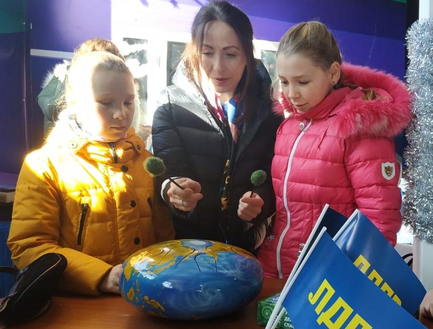 Партийцы приняли участие в благотворительной ярмарке в Лукоморье