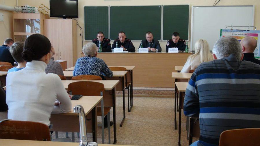 Артем Гордиенко принял участие во встрече жителей Ленинского района с участковыми