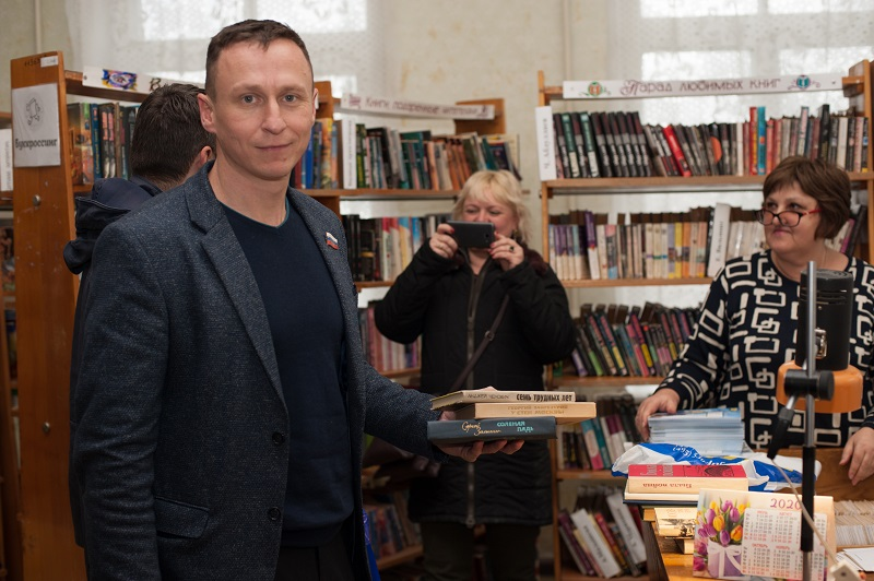Депутаты из фракции ЛДПР передали более 150 книг в филиал городской библиотеки №2