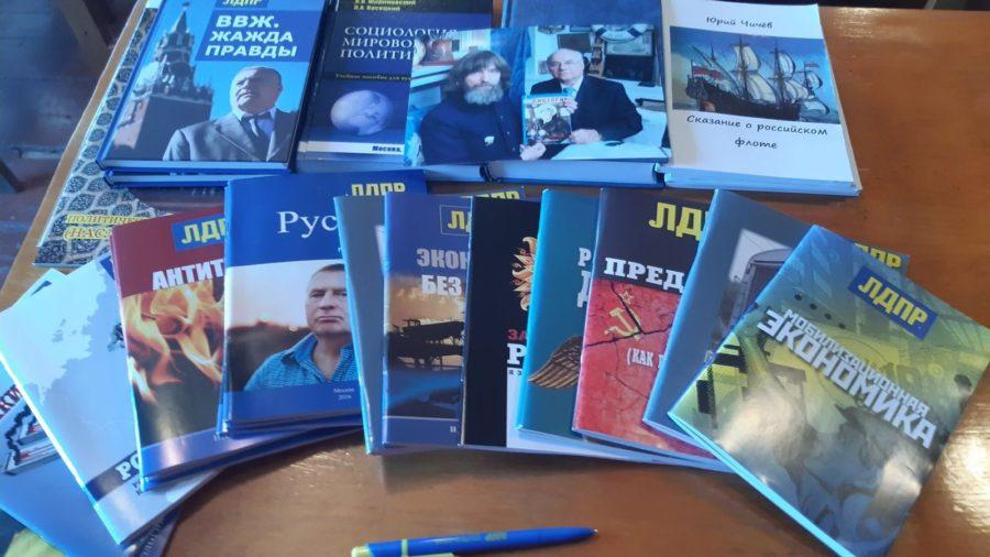 Нахимовцы передали книги в дар библиотеке в селе Полюшко
