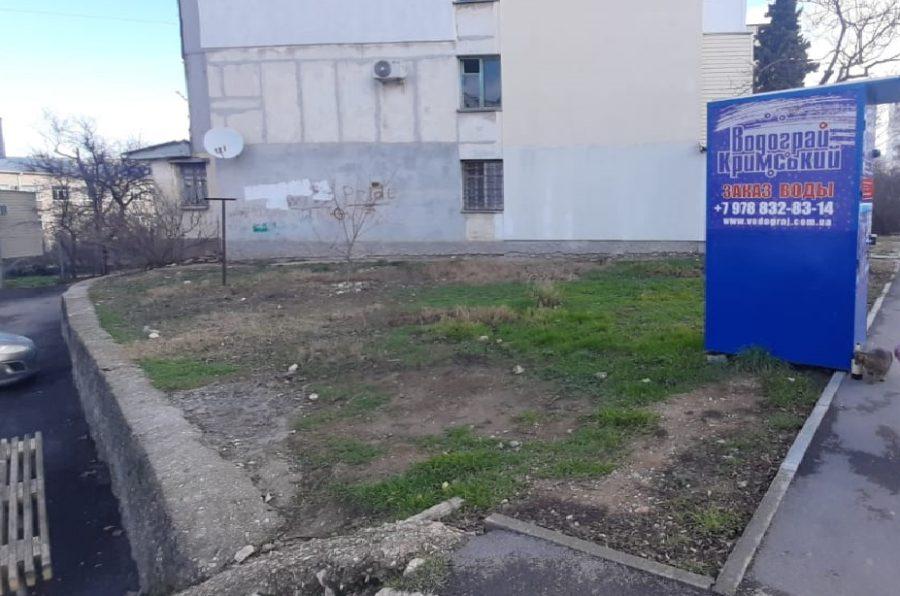 На Генерала Острякова демонтировали ограждение подпорной стены и не спешат устанавливать новое