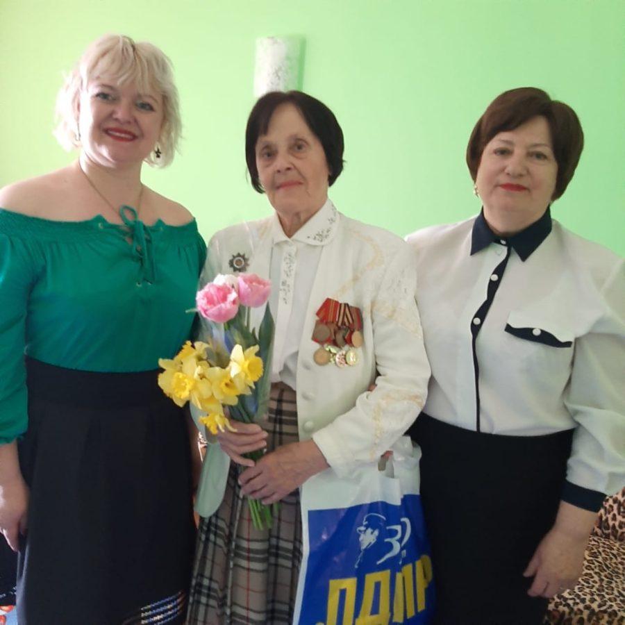 Активисты ЛДПР поздравили женщину-фронтовичку Инессу Давиденко с Днем рождения