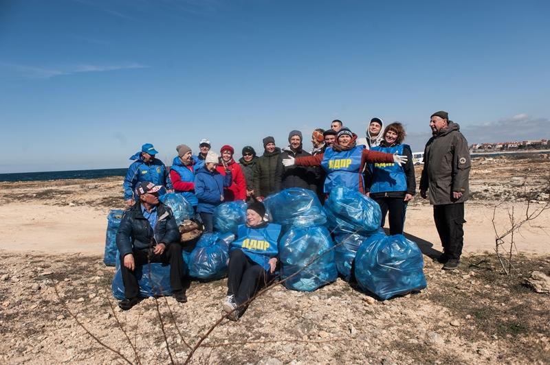Активисты ЛДПР вывезли 20 мешков мусора с побережья в районе Солдатского пляжа
