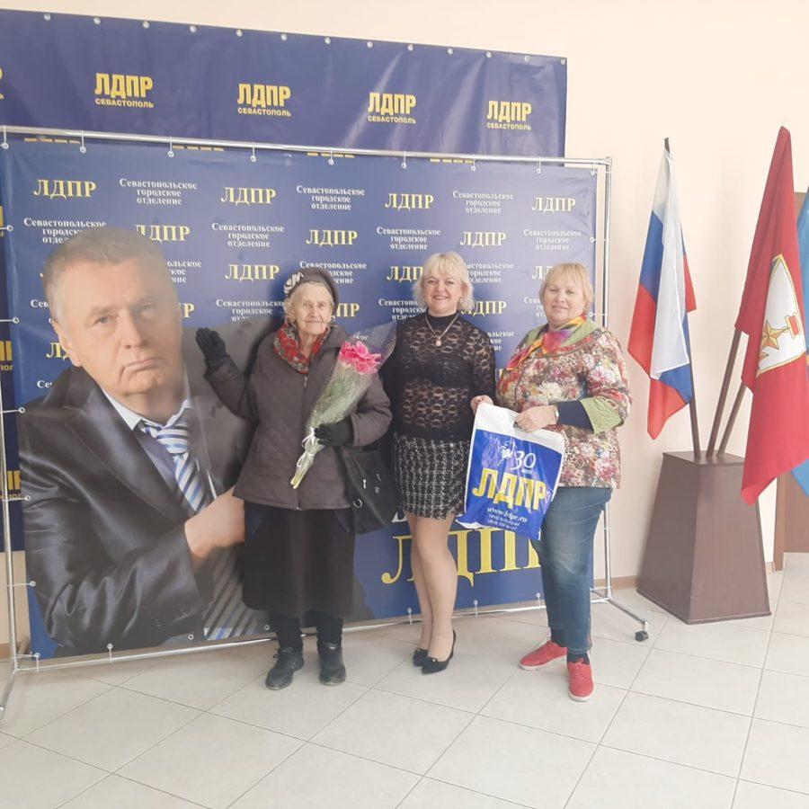 Активисты ЛДПР  поздравили ветерана войны Лидию Шальневу с Днем Рождения